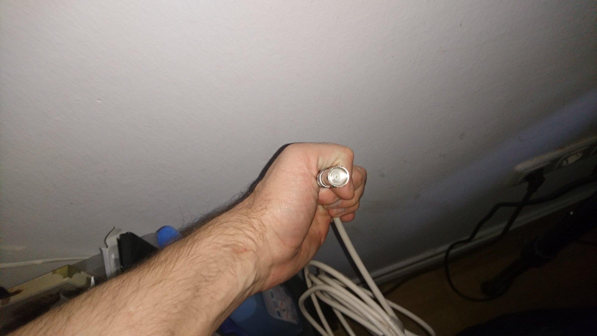 SAT Antennenkabel durch Zimmerwand verlegen