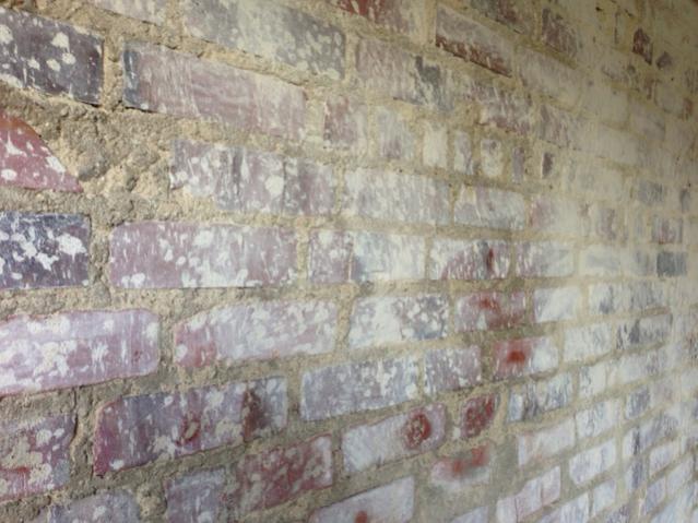 Backsteinwand von Putzresten befreien/säubern