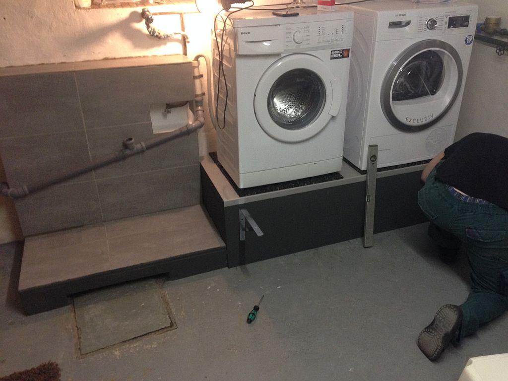 Waschmaschine Auf Einem Podest Zw Arbeitsplatte
