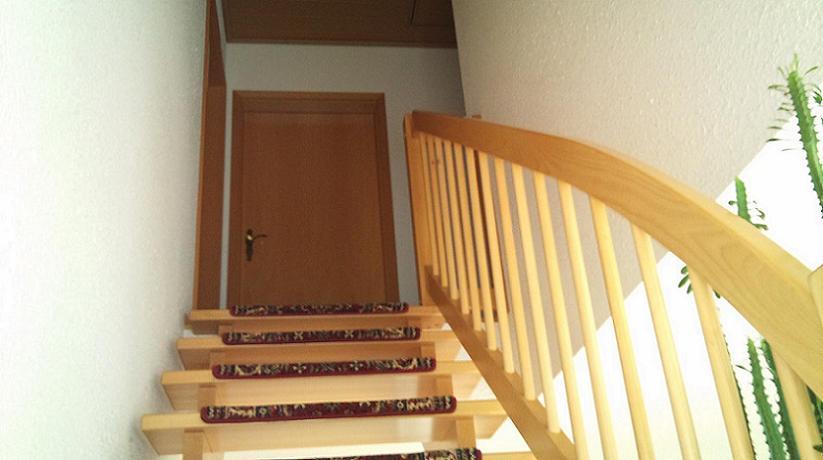 Treppenhaus streichen streifen  2 etagigen Flur neu streichen